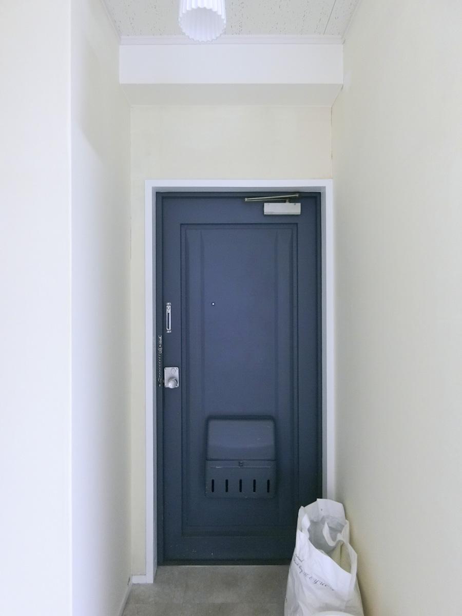 玄関扉の色は、きれいなブルーです
