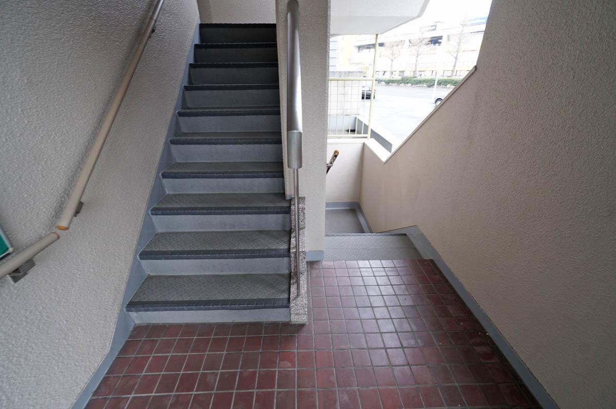 ここから下に階段を数段下りてから玄関へ向かいます