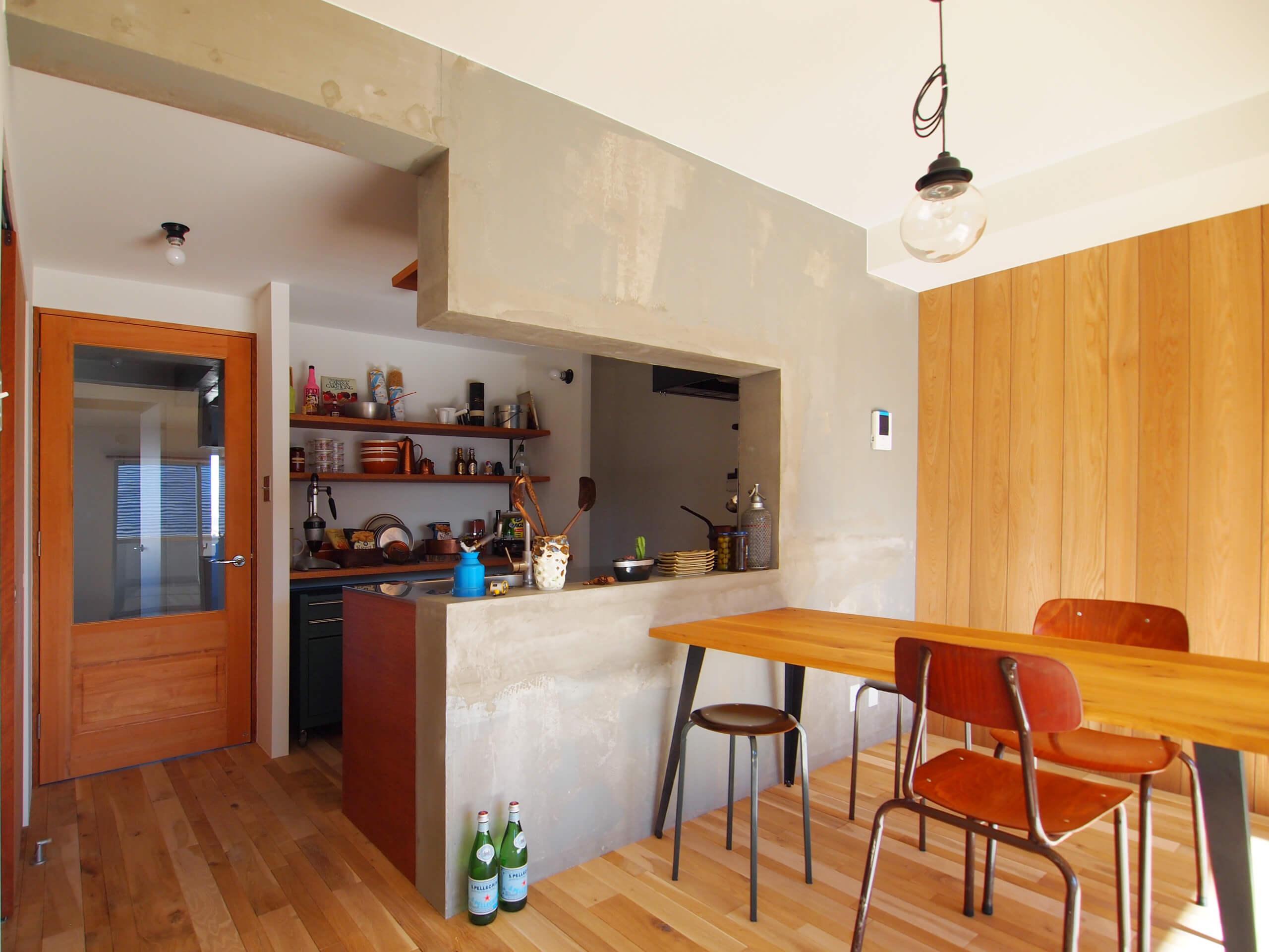 木×コンクリート×白で構成されたデザイン。明るさをプラスしたい場合にはコンクリート部分を白く塗装してもよい
