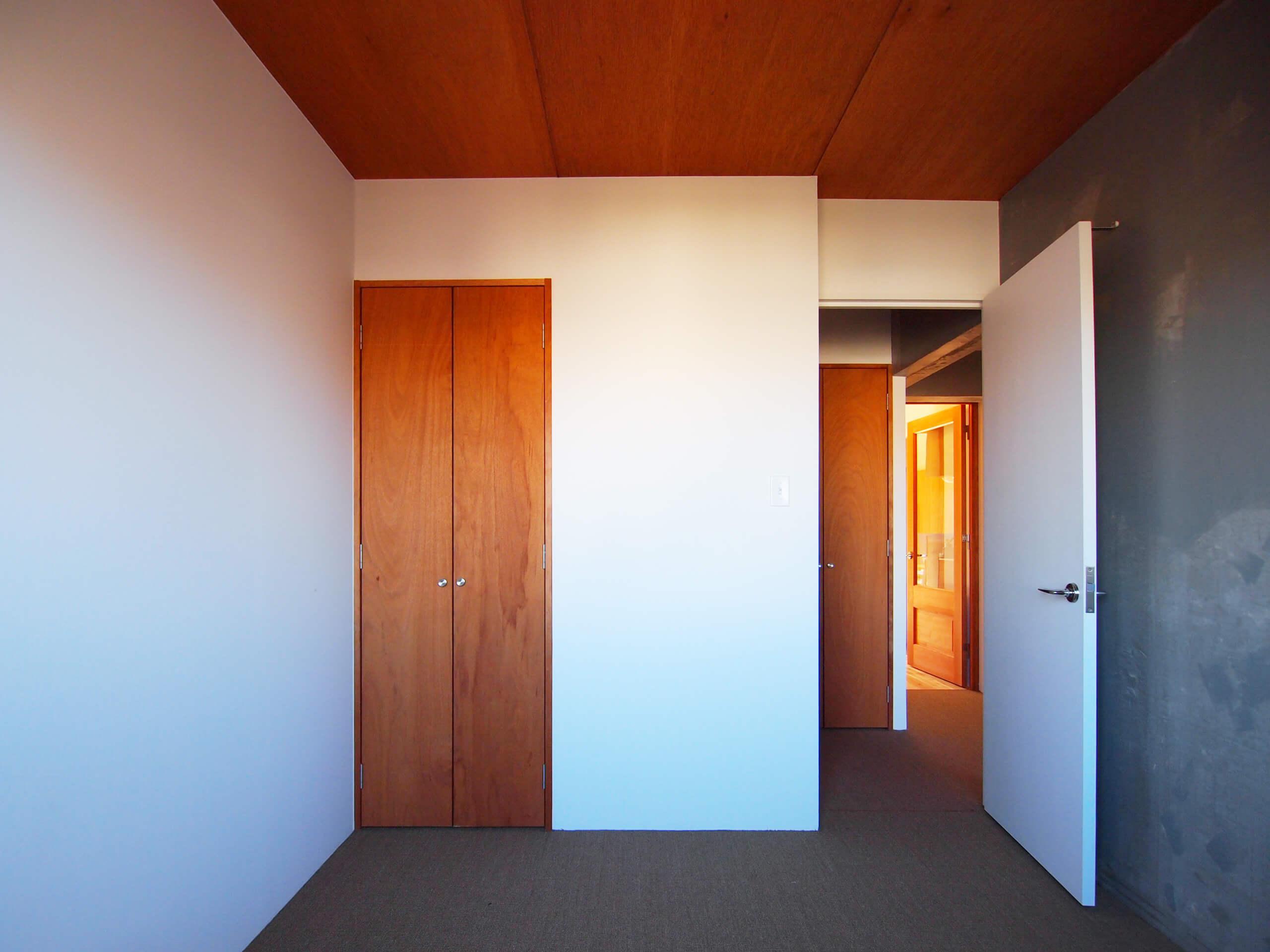 寝室の床はサイザル。装飾はシンプルに、素材感を引き立たせたデザイン