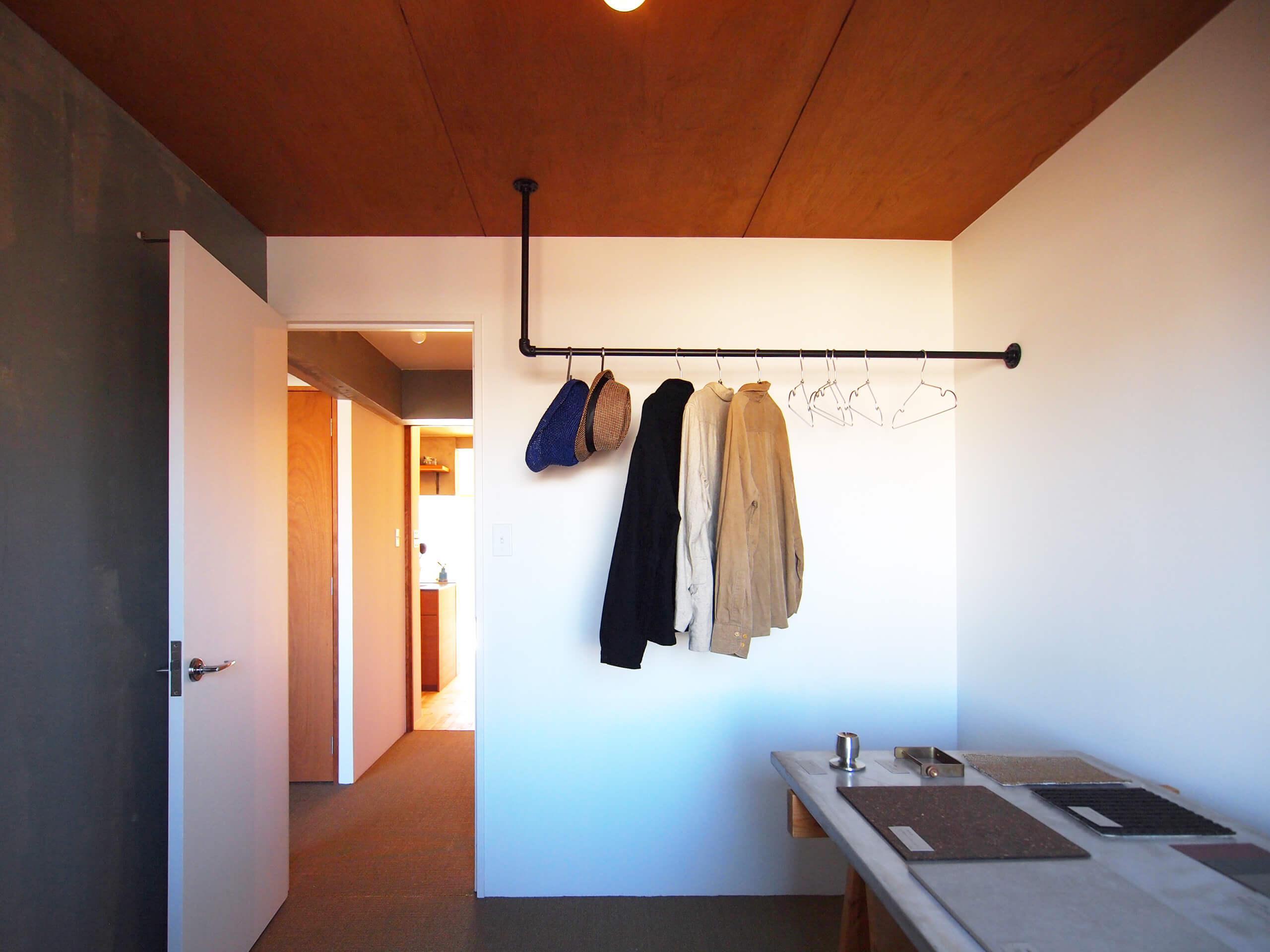 4.5畳の洋室。クローゼット代わりにハンガーパイプを収納として使ってもらえたら