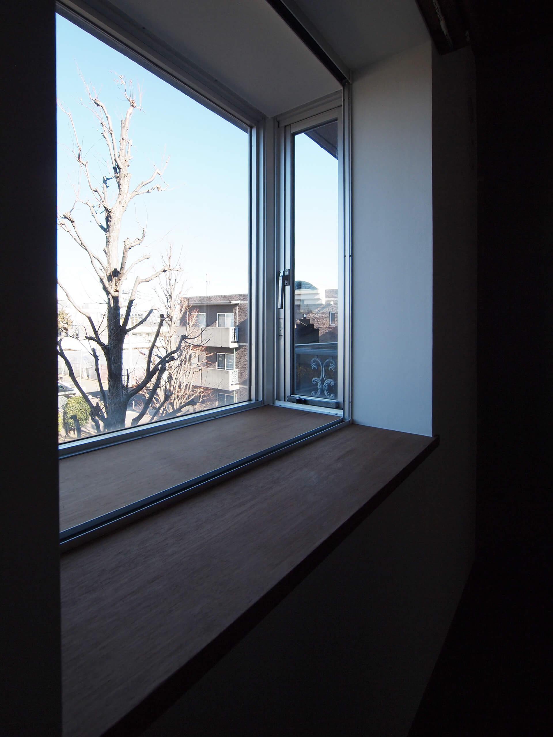 出窓から敷地内広場が見える