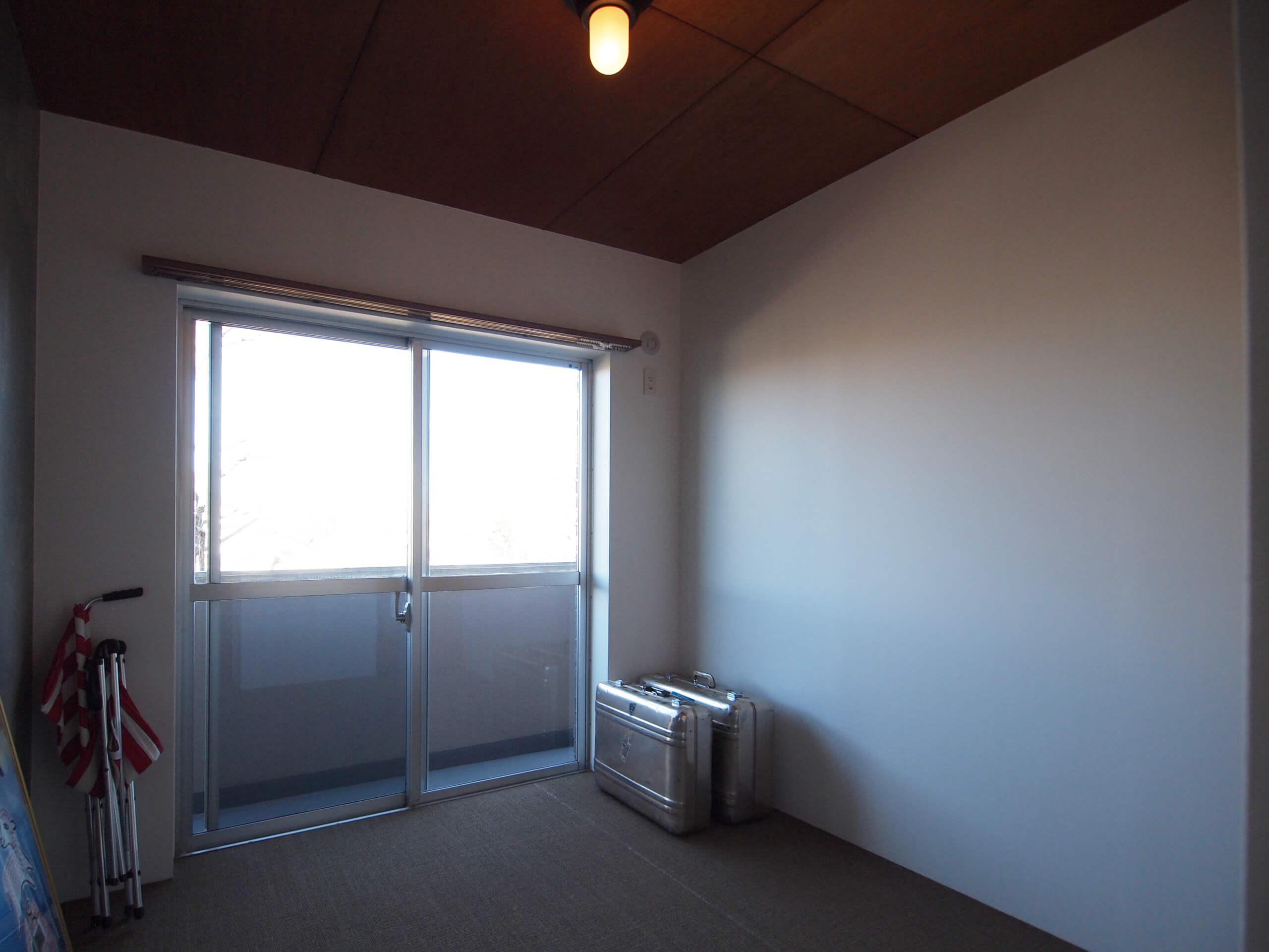4.5畳の洋室。小さなバルコニー付き