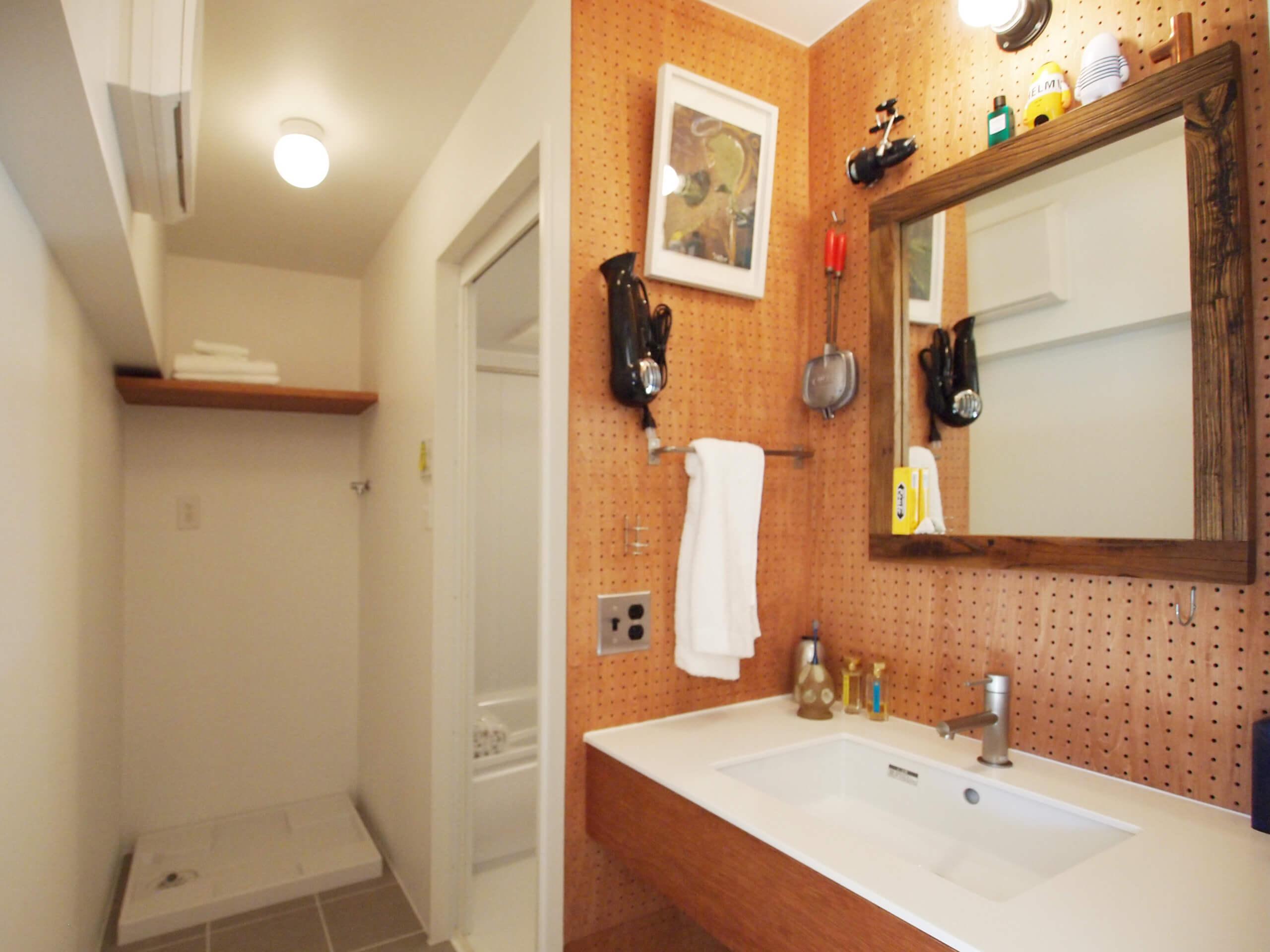 洗面の周りは有孔ボードの壁。お好みでフックを足したりアレンジができる