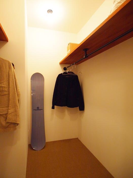ウォークインクローゼット。各部屋に収納はついているが季節ものはこちらへ