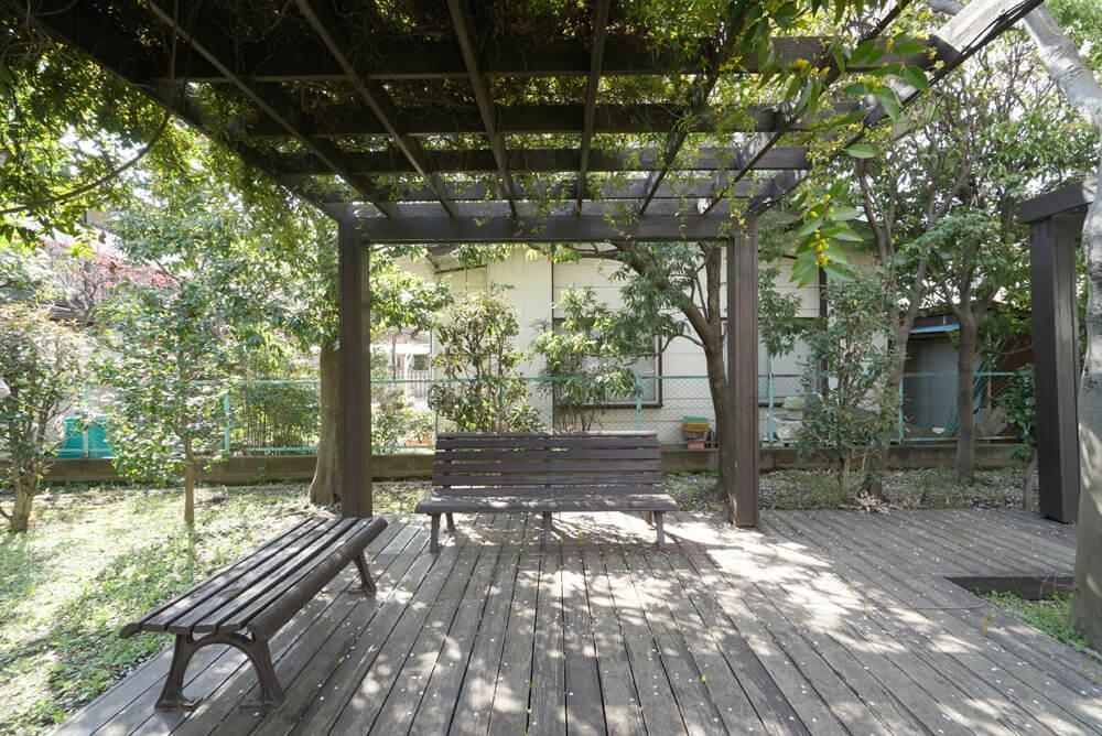 木陰のあるベンチスペース。子供を敷地内で遊ばせながら、ここでゆっくり読書をしたり。(2017年春撮影)