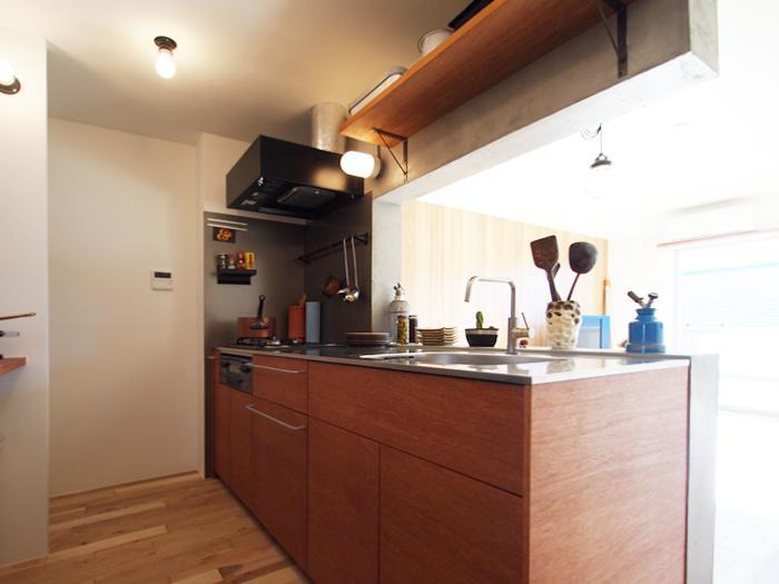 ラワンの合板でつくられたクラフトキッチン。ツヤっとしがちなキッチンにも温もりを感じていただけるような素材感