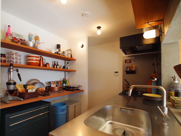 食器や調理器具が並べられる棚も充実している
