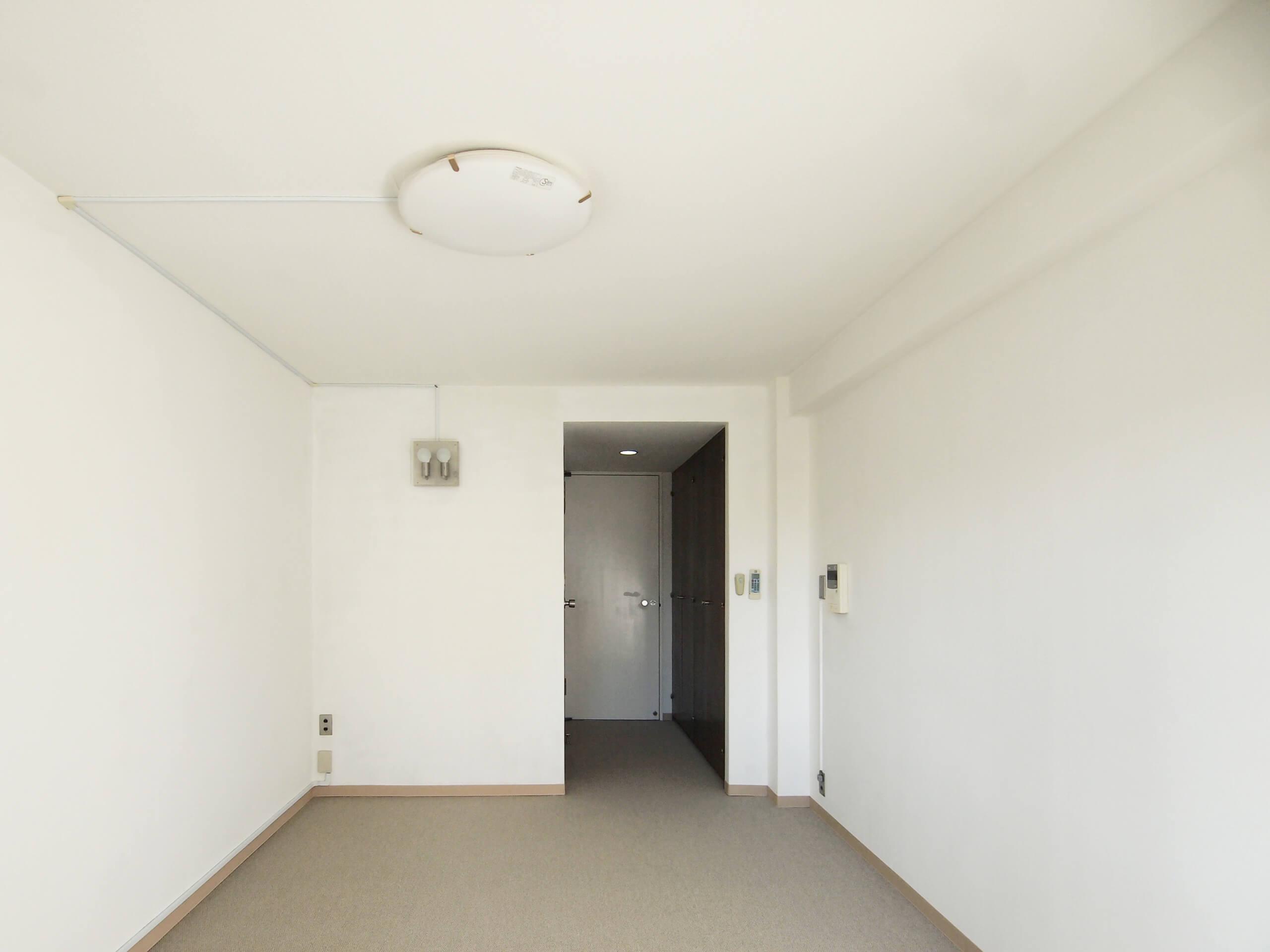 すっきりとした長方形の間取り。壁面が多く、机などレイアウトしやすそう。照明器具は入居者側で好みのものに交換も可能