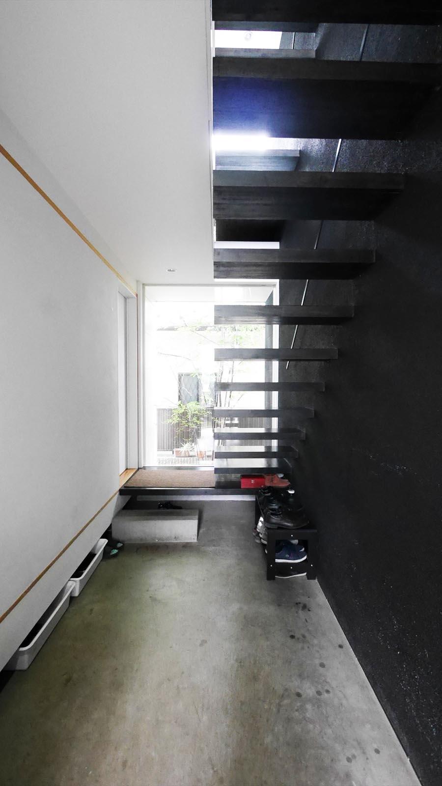 玄関は広い土間スペースになっていて、見上げると白黒のツートーンが美しい