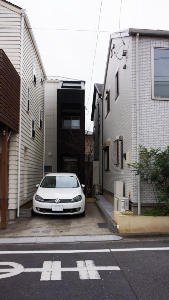 旗竿状の敷地。車種によって、2台駐車も可能