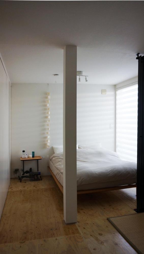 3階の寝室は柔らかい光で包まれている。左手の壁1面が収納