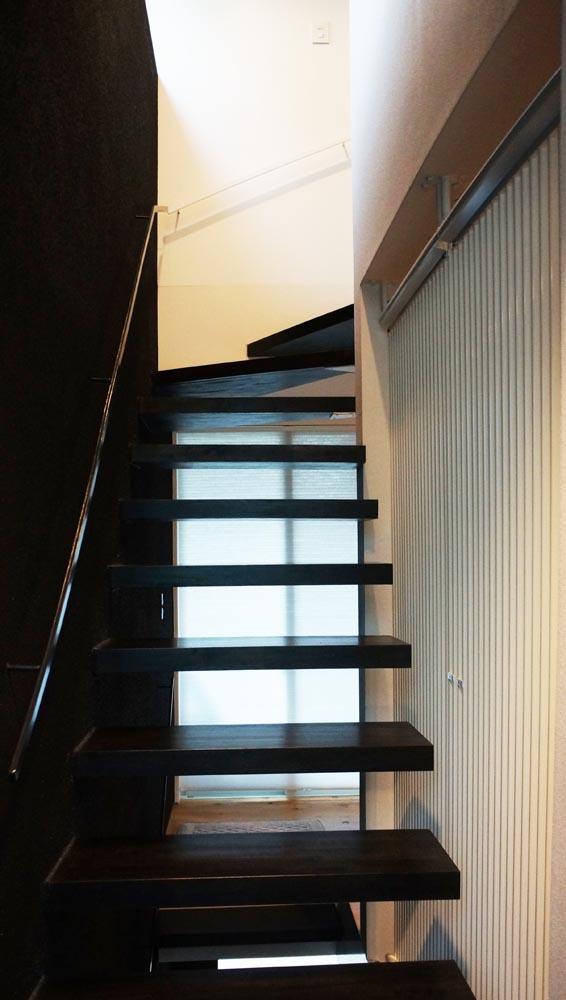 片持ちのスケルトン階段