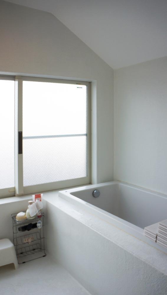 大きな窓が気持ちの良い造作のバスルーム