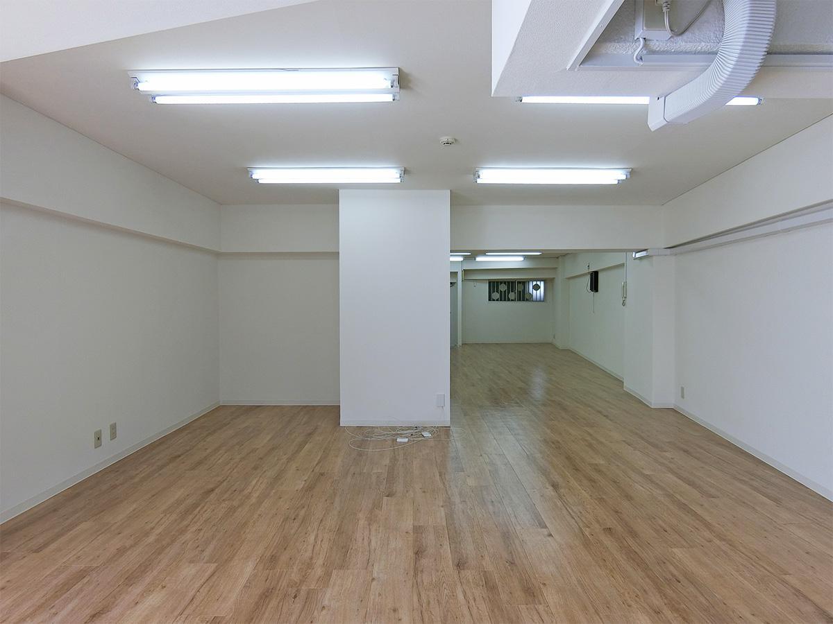 窓から室内方向。梁部分は天井高さが1.8mほど、とかなり低め