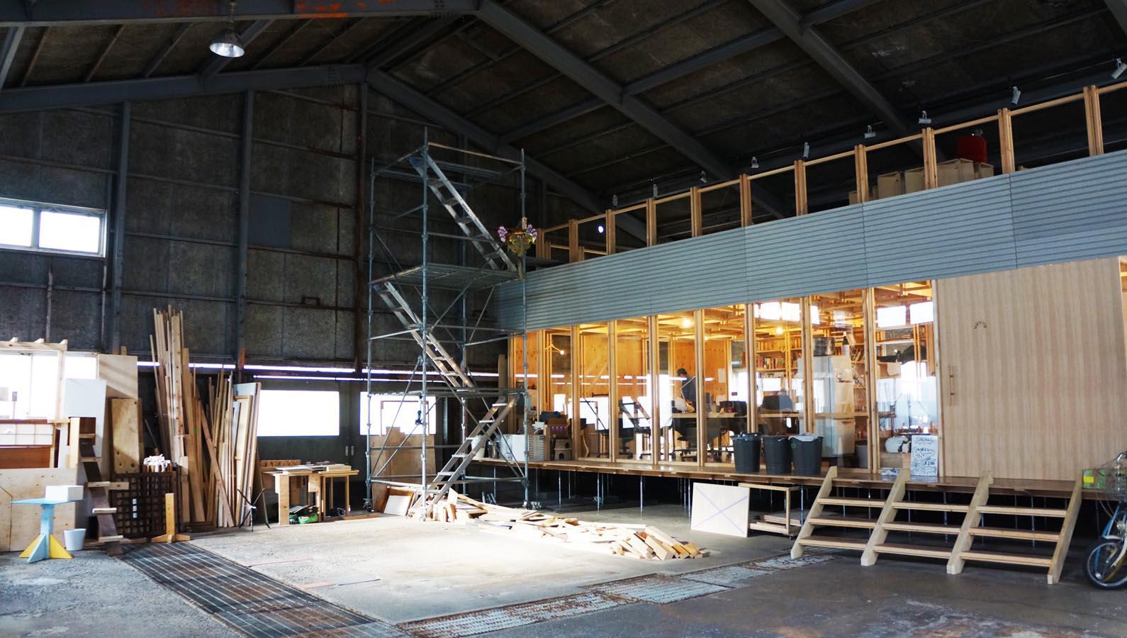 広く天井の高い倉庫の中に事務所スペースがつくられています