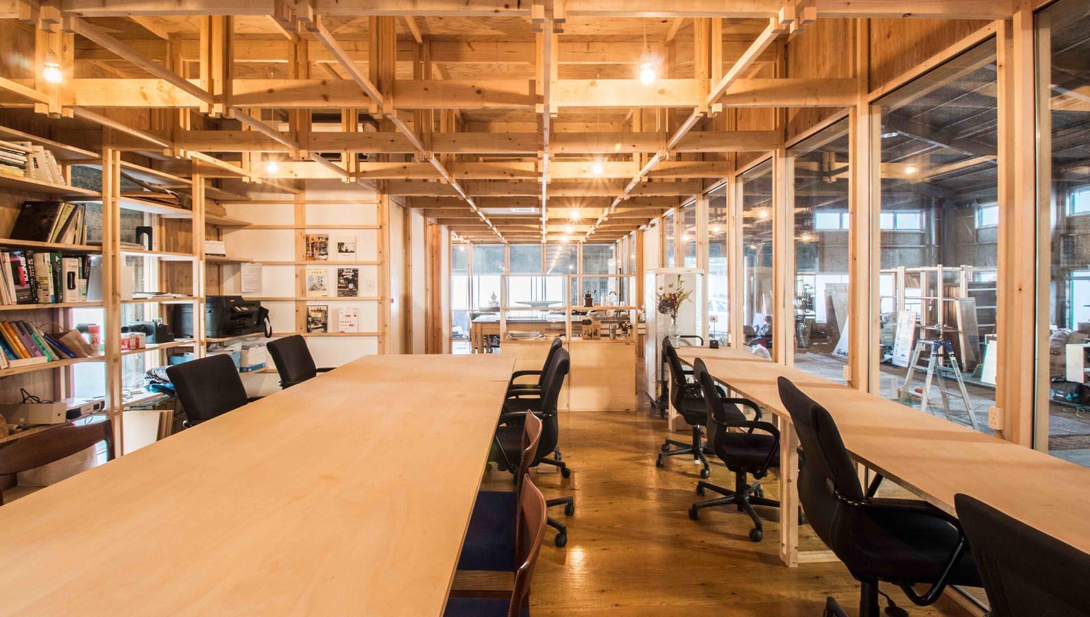 格子状に組まれた天井が印象的。右側が固定席、左手側がフリー席