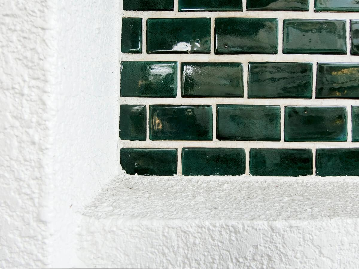 深いグリーンのタイルに、純白の外壁がとてもきれいです。