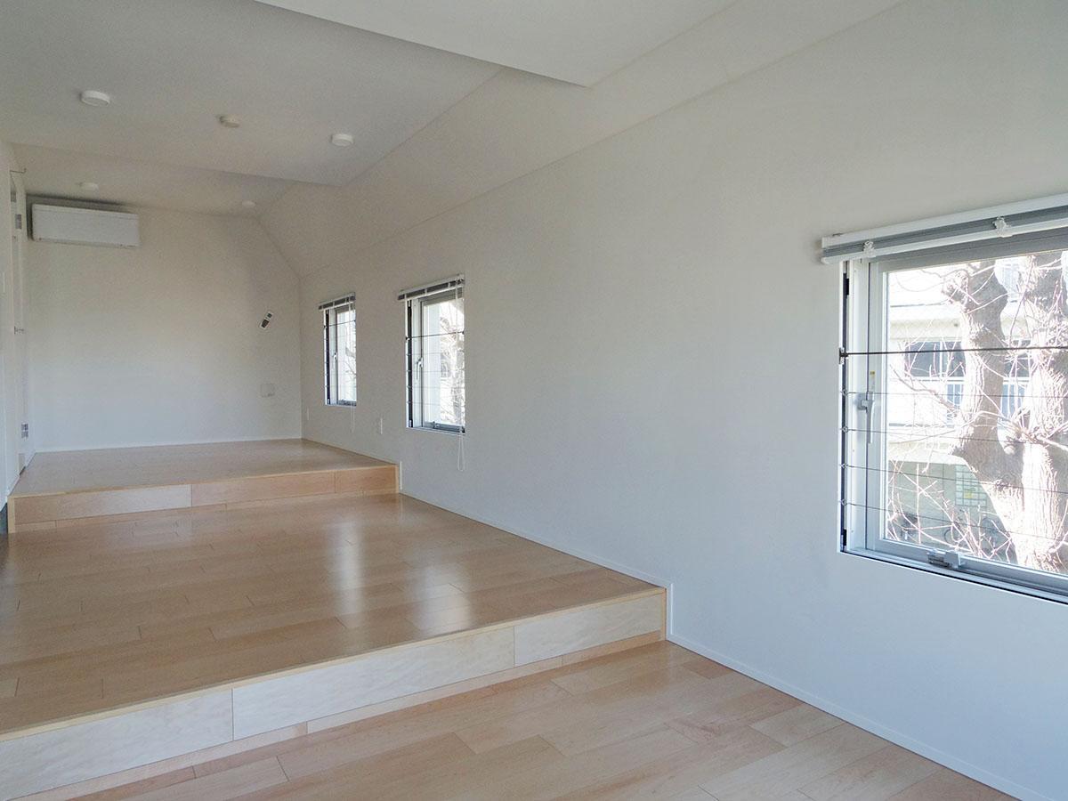 403号室:段差により床面が三つに分けられている空間