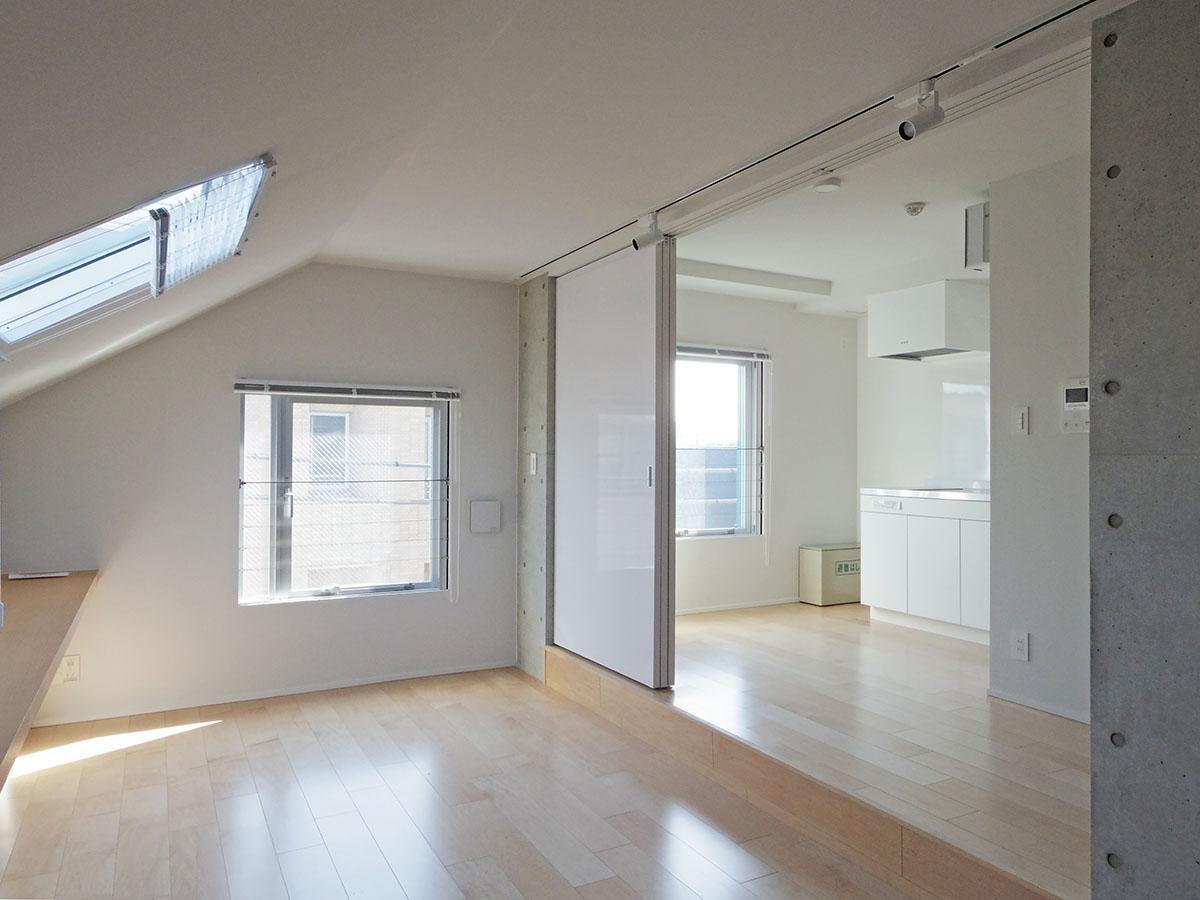 401号室:やわらかい光が入る窓辺がとても心地良い