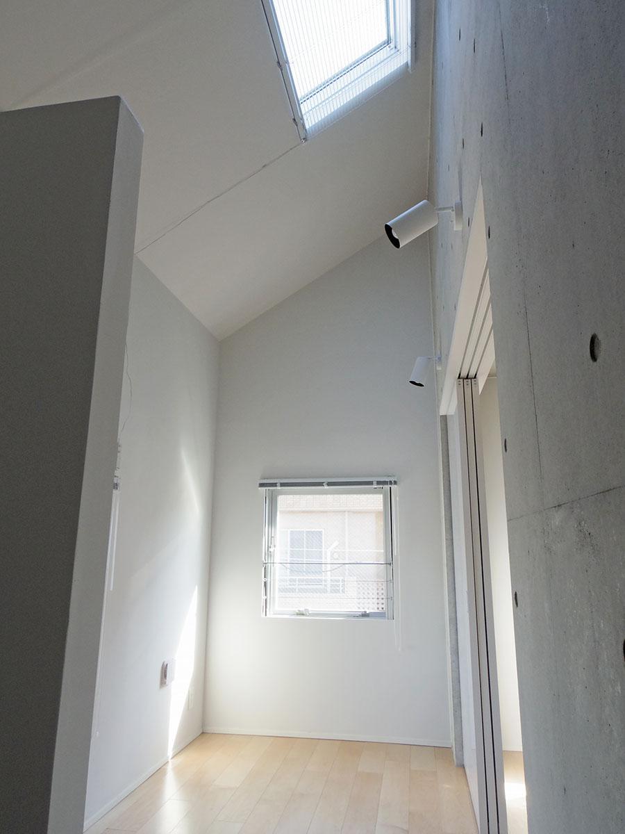 301号室:寝室は天井高3mオーバー!天窓からやさしい光が入ります