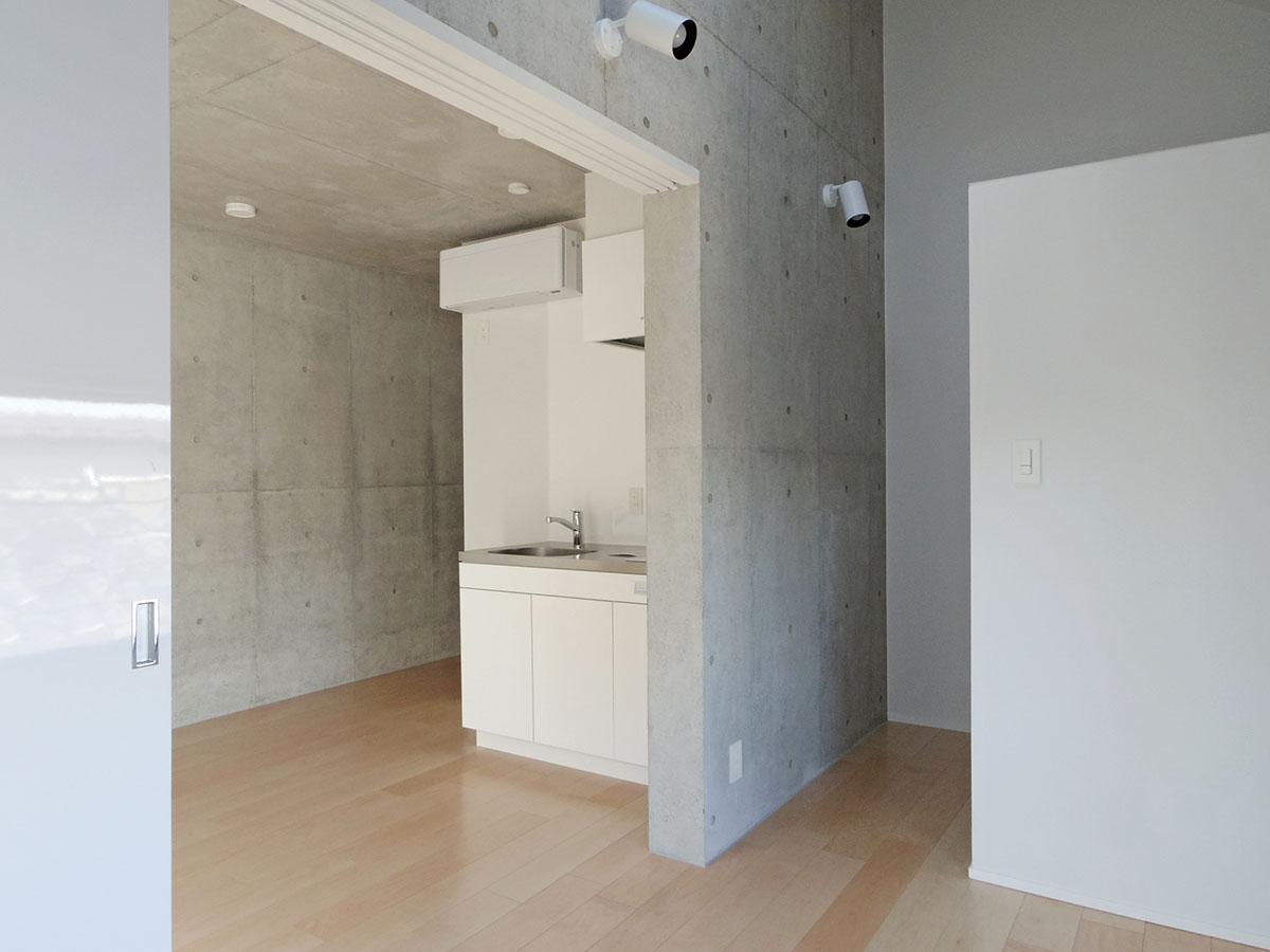 301号室:右側の壁面裏には収納