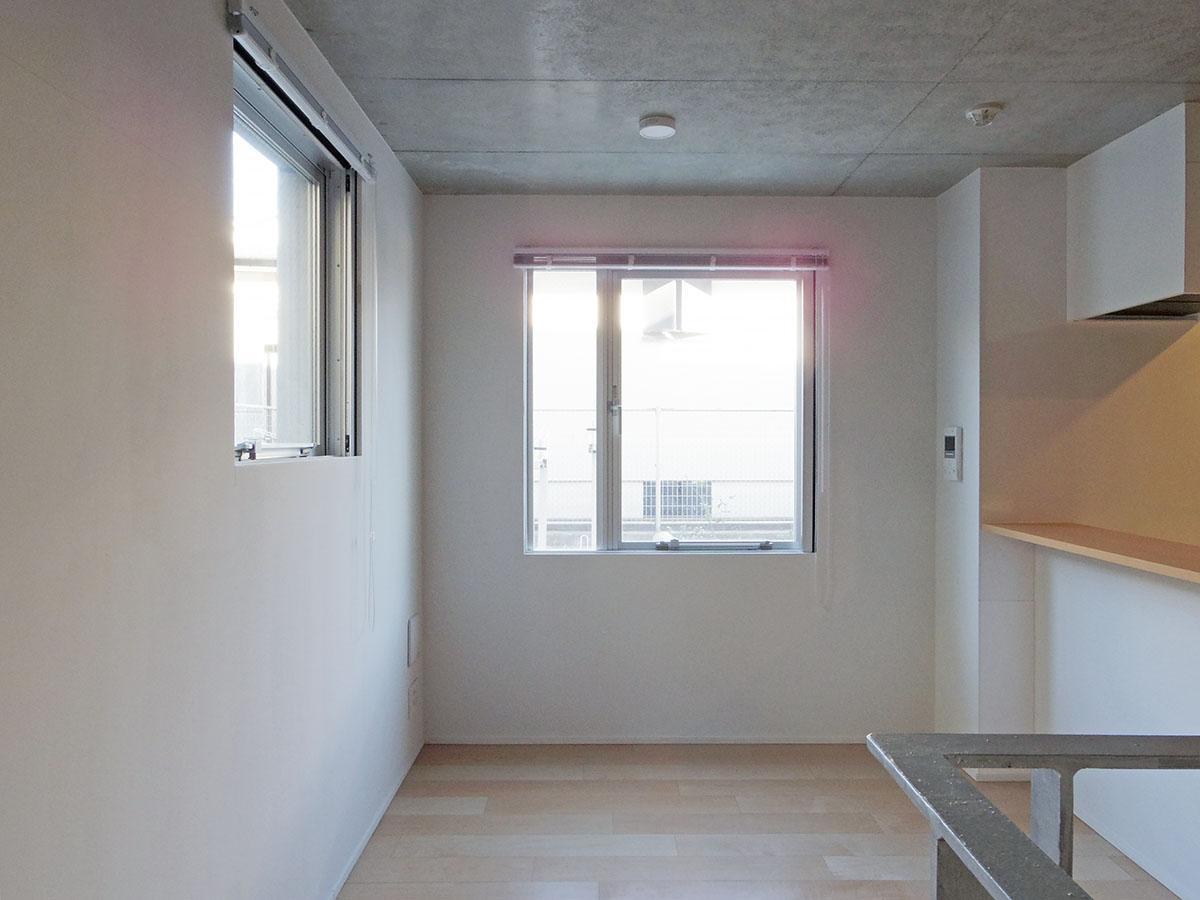205号室:テーブルを置いて、カウンターキッチンから料理が出てくる姿が思い浮かびます