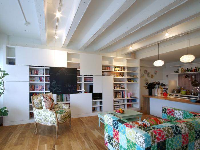 ワッフル型の天井が特徴でかわいらしい。壁一面に大きな本棚
