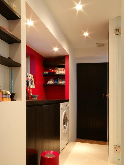 ビビッドなカラーの壁の部分が洗面、正面にウォークインクローゼット、右手に浴室。玄関から見た写真