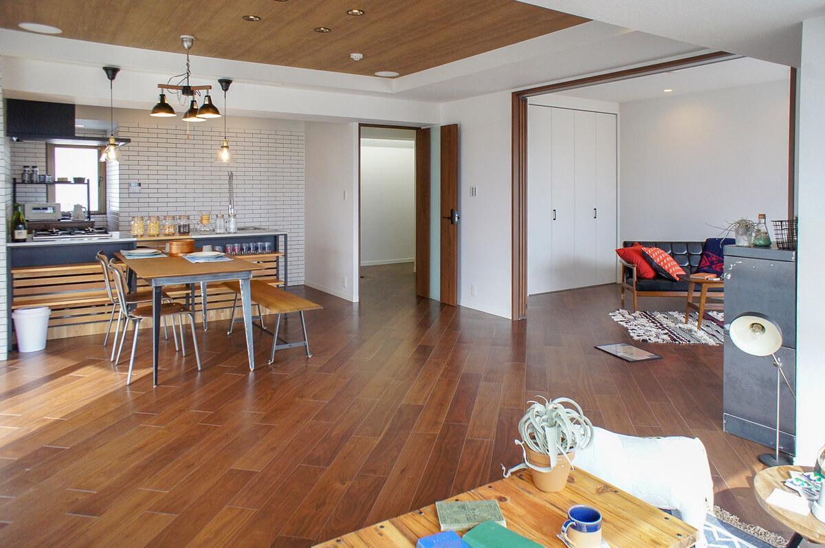 7畳の洋室とは引き戸で区切られ、開け放しておくのもアリ