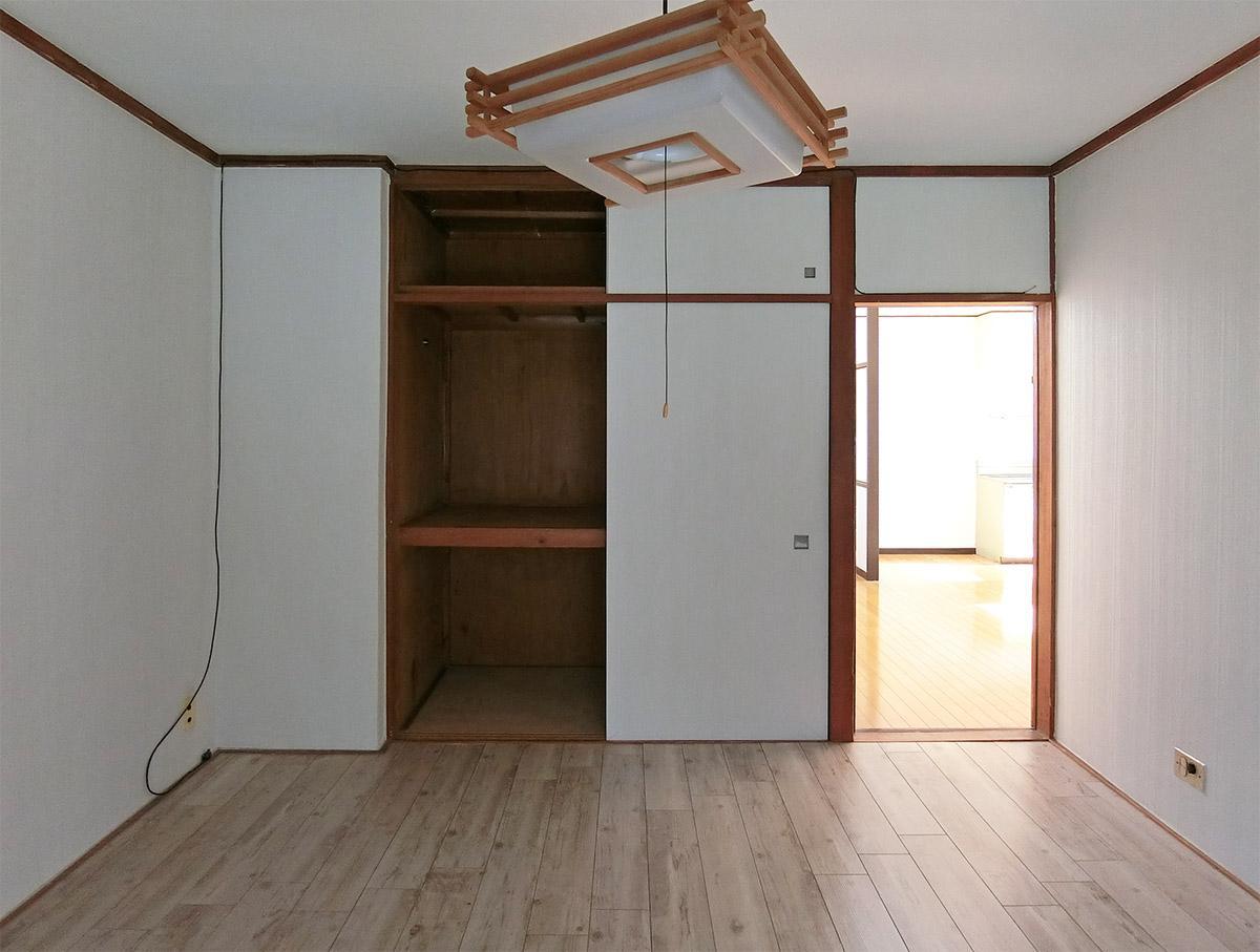 北側の洋室は寝室として。押入れはしっかりと奥行きがあります