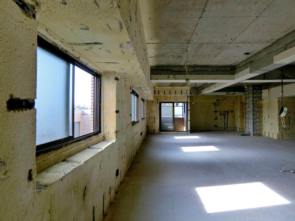 南側の窓は一部すりガラス。場合によっては変更してもいいかもしれません
