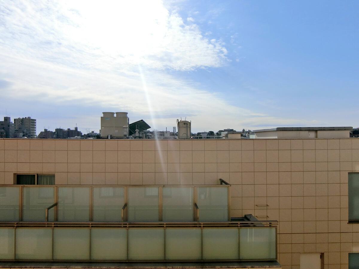 南側の窓から。隣の建物もありますが、空が広く日も差し込んできます