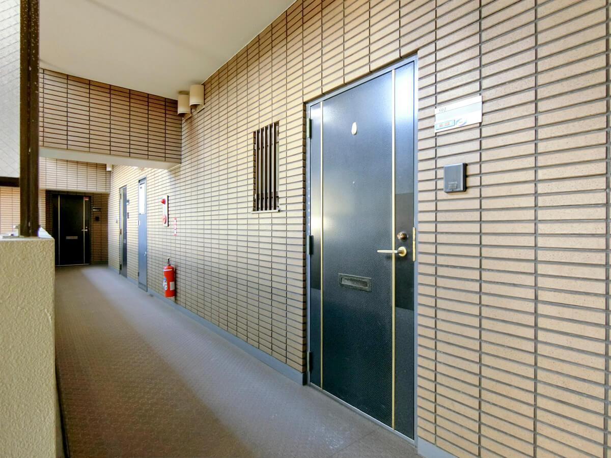 室内への入り口。普通の居住用マンションのよう