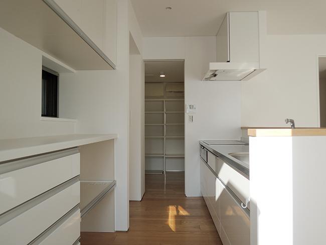 キッチンは収納も充実。奥はパントリー(玄関側からもつながってます)