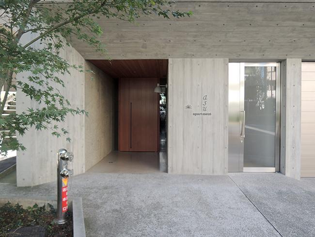 左の木の扉が建物エントランス。