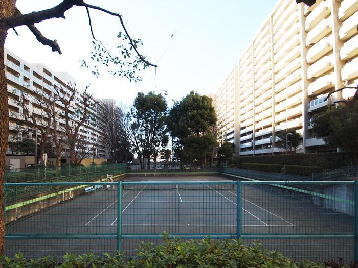 立派なテニスコートが2面もある
