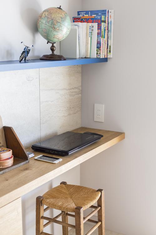 キッチン壁面の収納棚の端にちいさなデスクスペースがつくられている