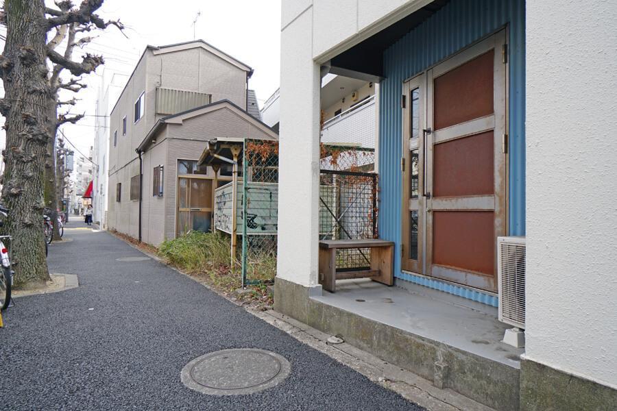 通りはこんな感じ。エントランスの前に椅子や植物が置けます