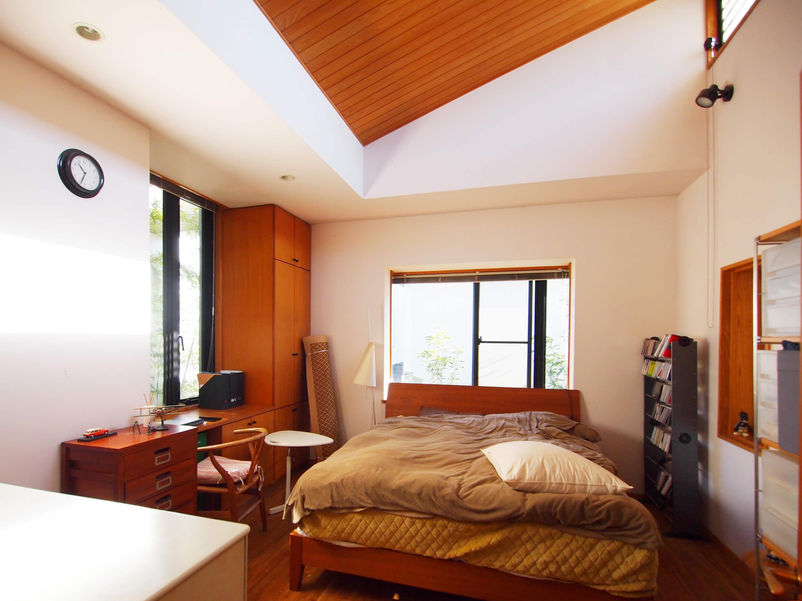 【北側】木を張った天井がすてきなメインの寝室