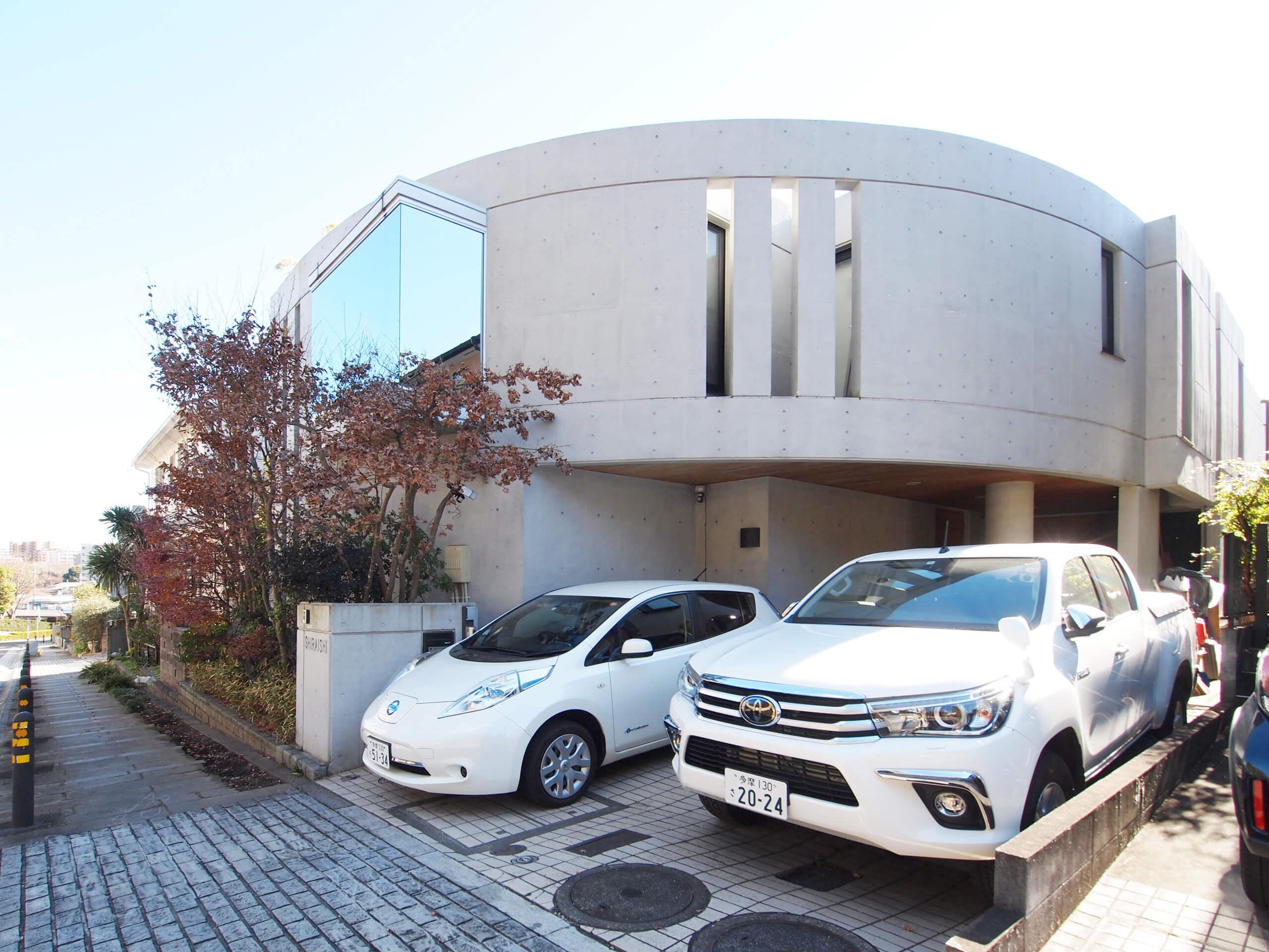 弧を描くコンクリートが目を引く。2台駐車可能