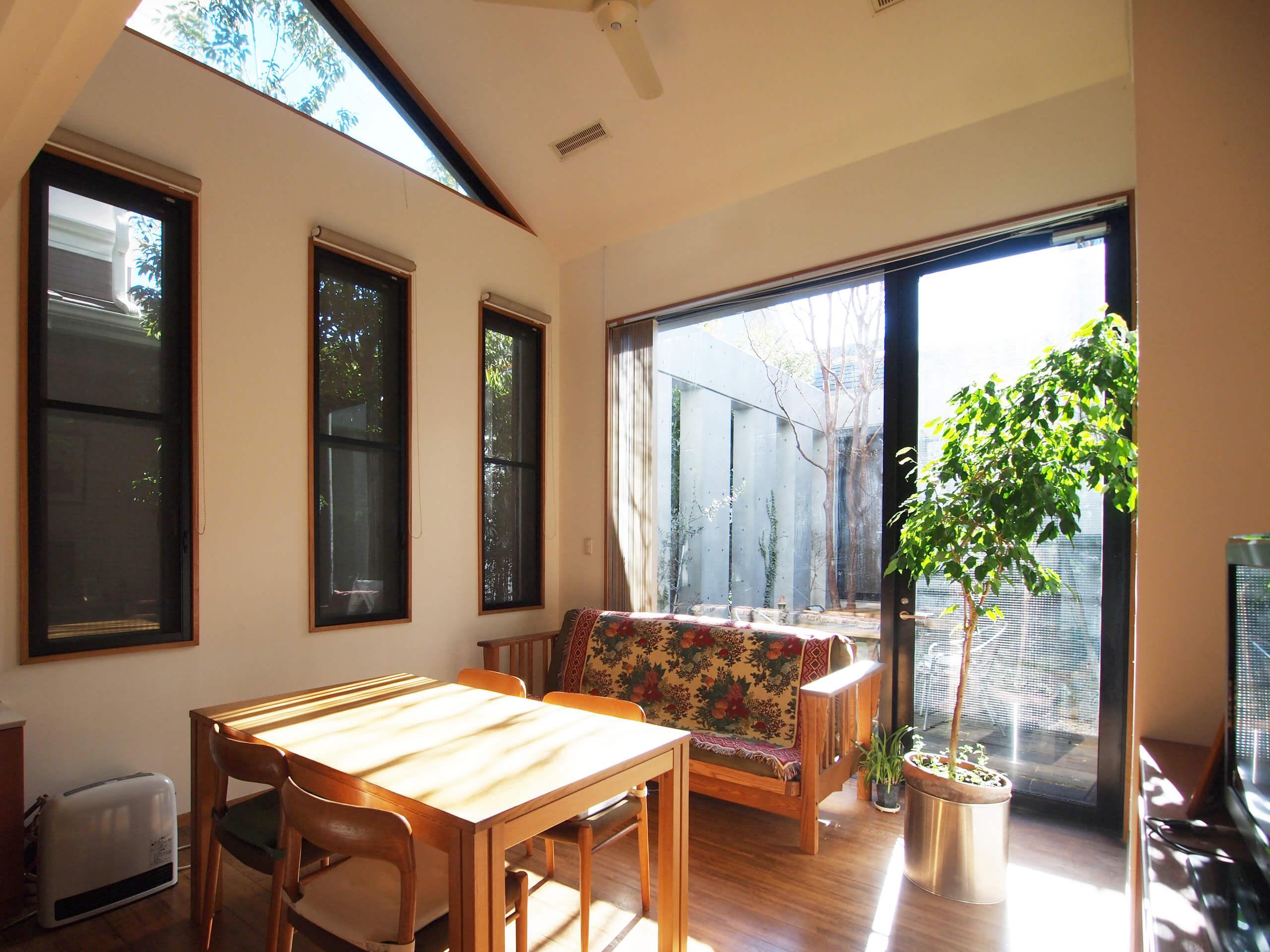 【北側】リビング。掃き出し窓から中庭にでられる