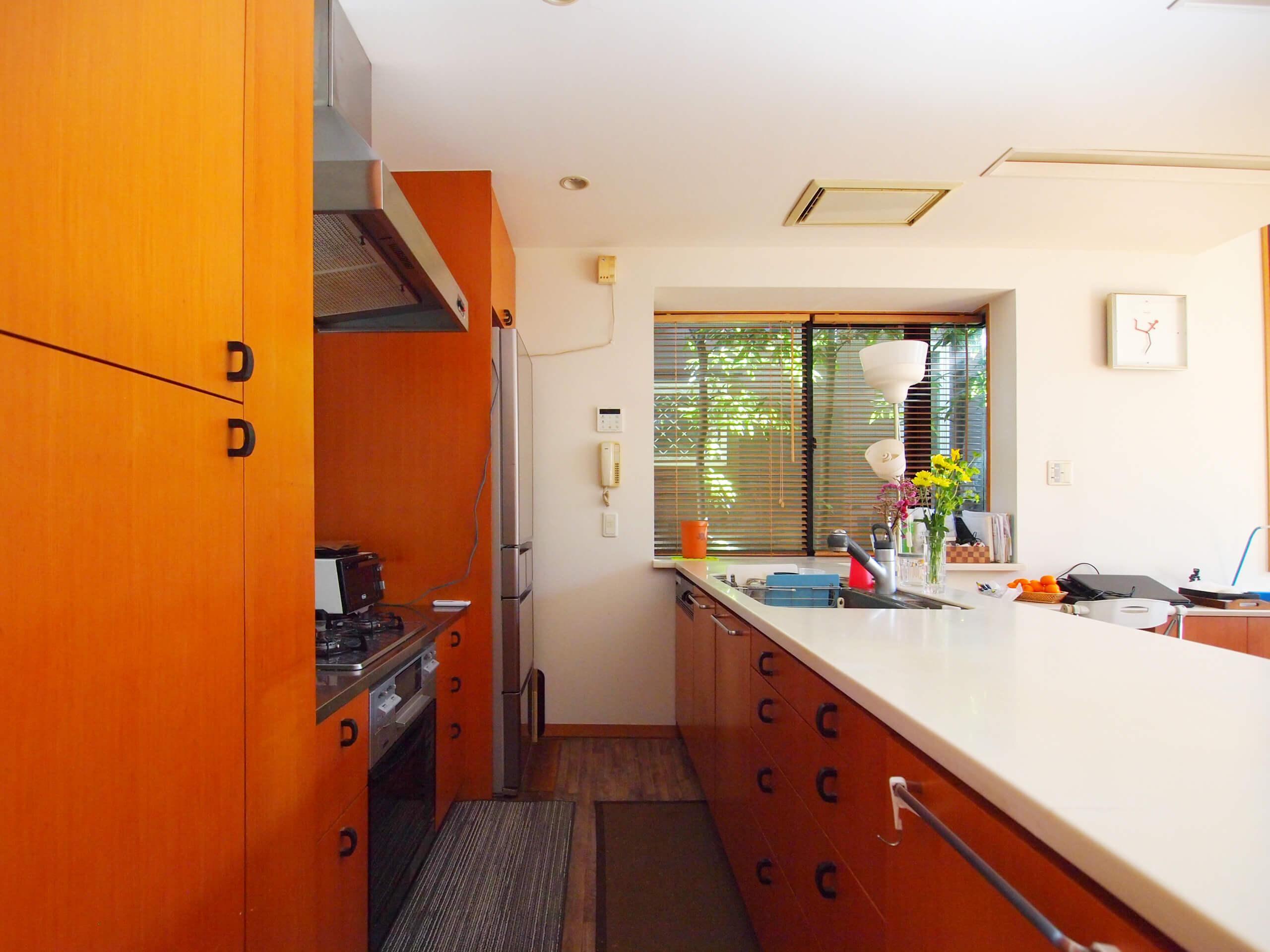 【北側】キッチン。食器洗浄機やガスオーブン、3口ガスコンロがついている
