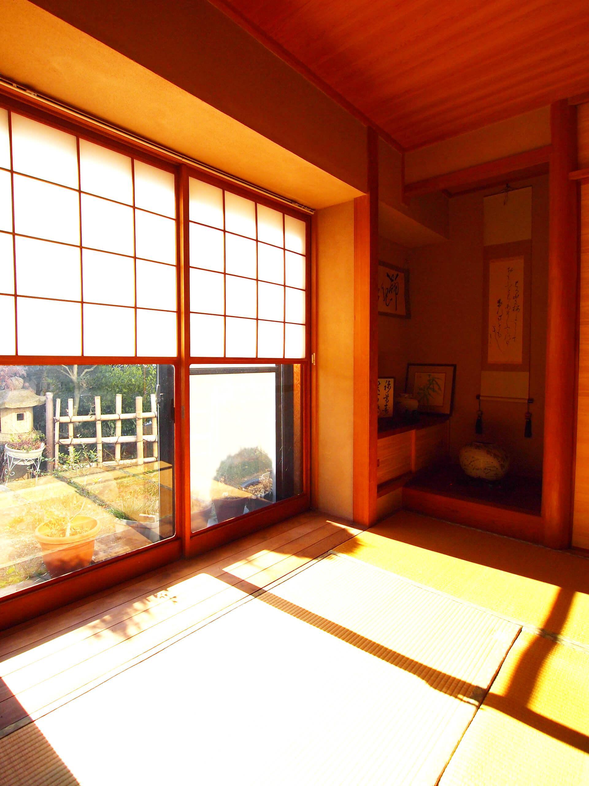 【南側】1階和室。雪見障子になっていて、庭が眺められる
