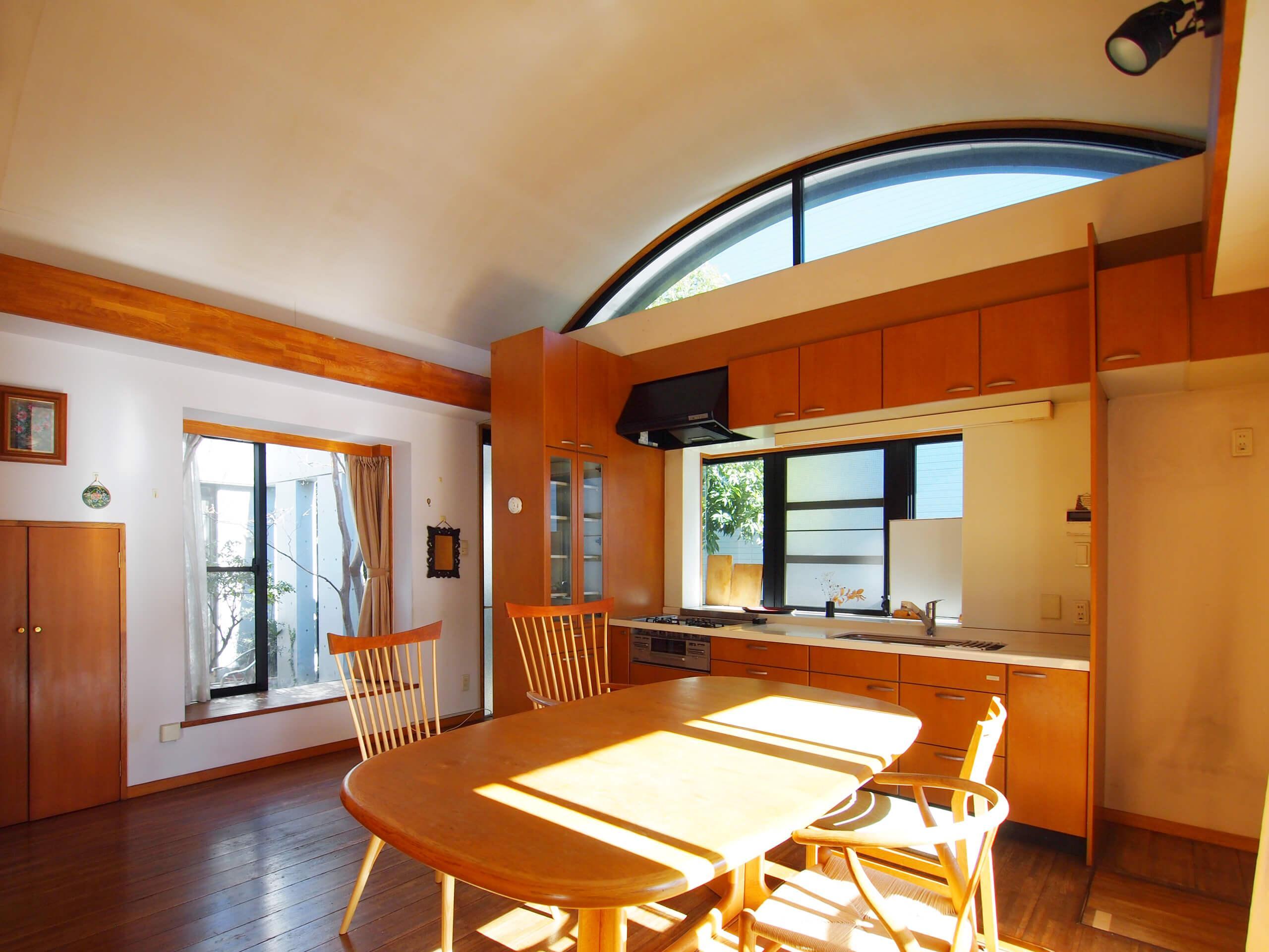 【南側】1階ダイニング。かまぼこ型の天井が開放的