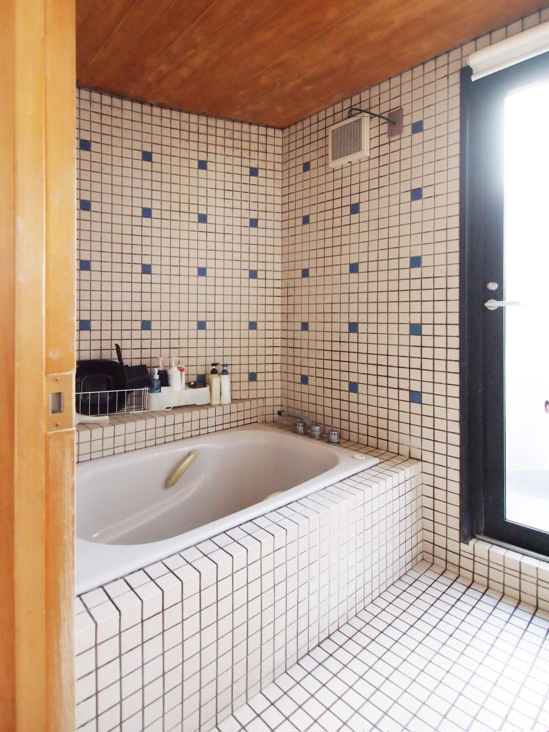 【北側】浴室。水回りは南側・北側のそれぞれに用意されている