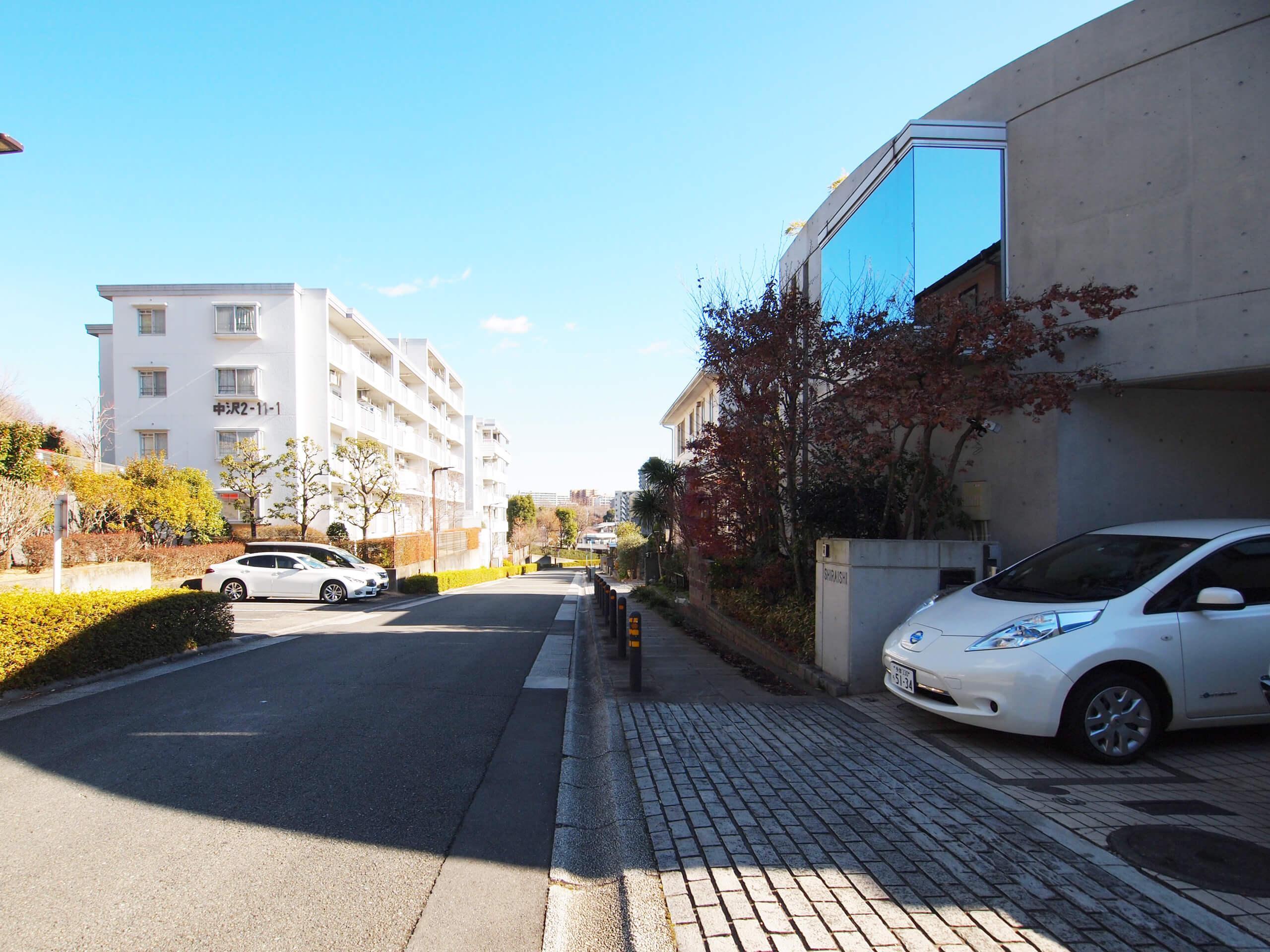 【外観】建物の外の通りは歩道もあり、道幅も広く歩きやすいつくり。都市計画によって電柱がない風景がつくられている