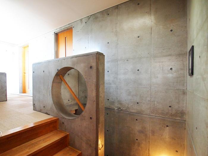 【北側】階段。コンクリートと木の組み合わせがいい
