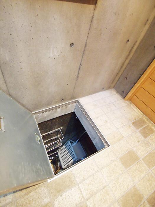 【北側】玄関の下には玄関ホールと同じ広さの地下物置がある