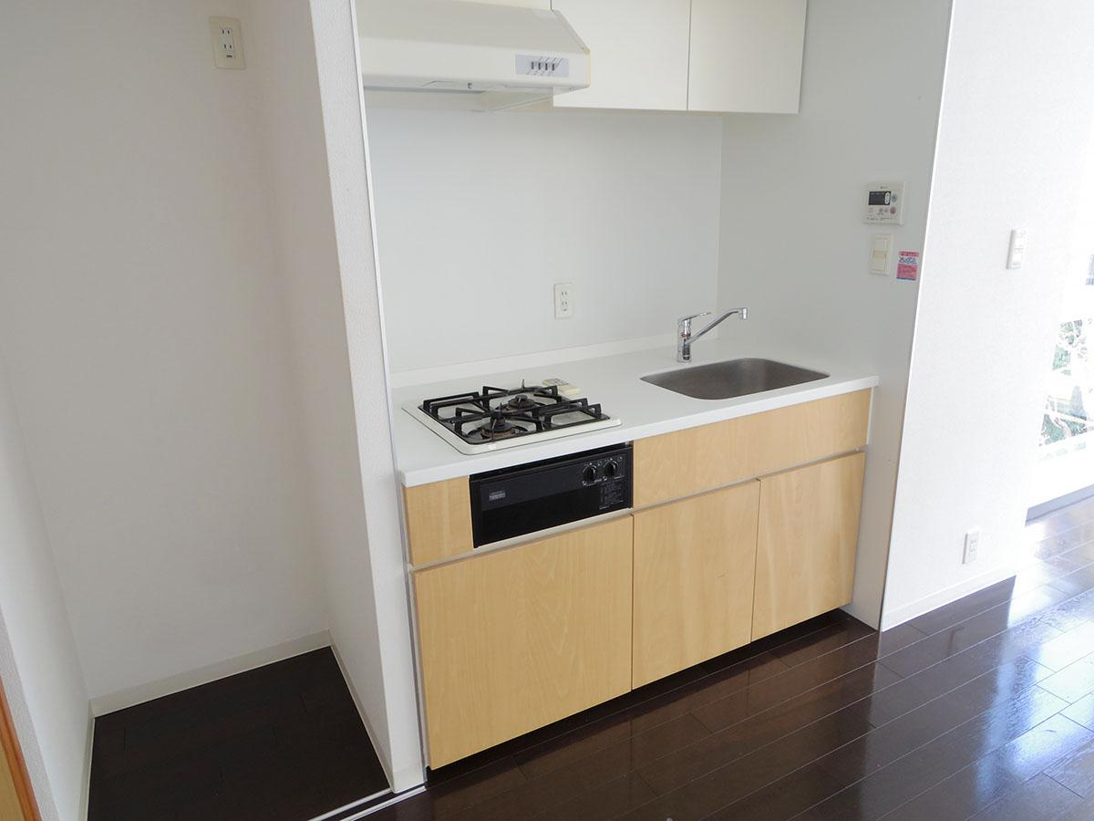 キッチン左側には冷蔵庫スペース